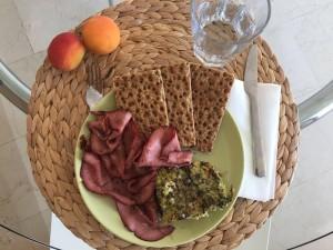 Roast beef acompañado de quiche de huevo, brocoli y puerro