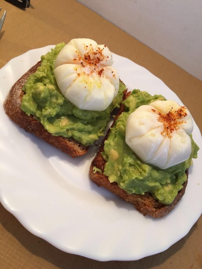 Tostadas aguacate huevo poché