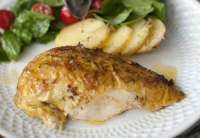 Pollo asado con guarnición de patatas y ensalada verde