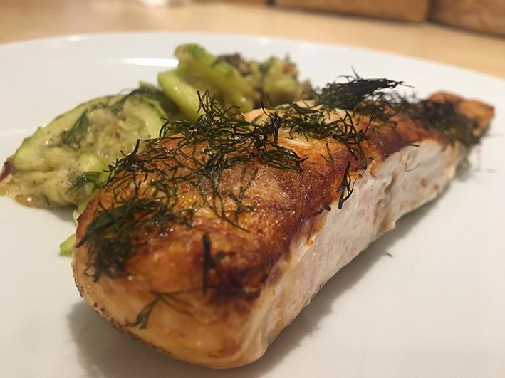 salmón y calabacin al horno con eneldo