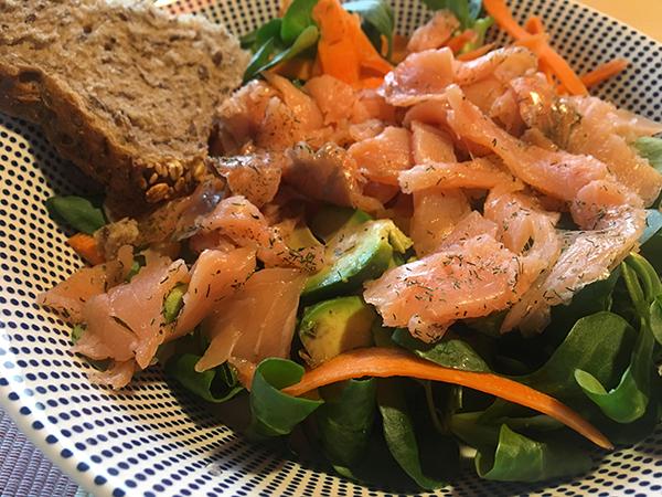 Ensalada de canonigos con salmón, aguacate y zanahoria