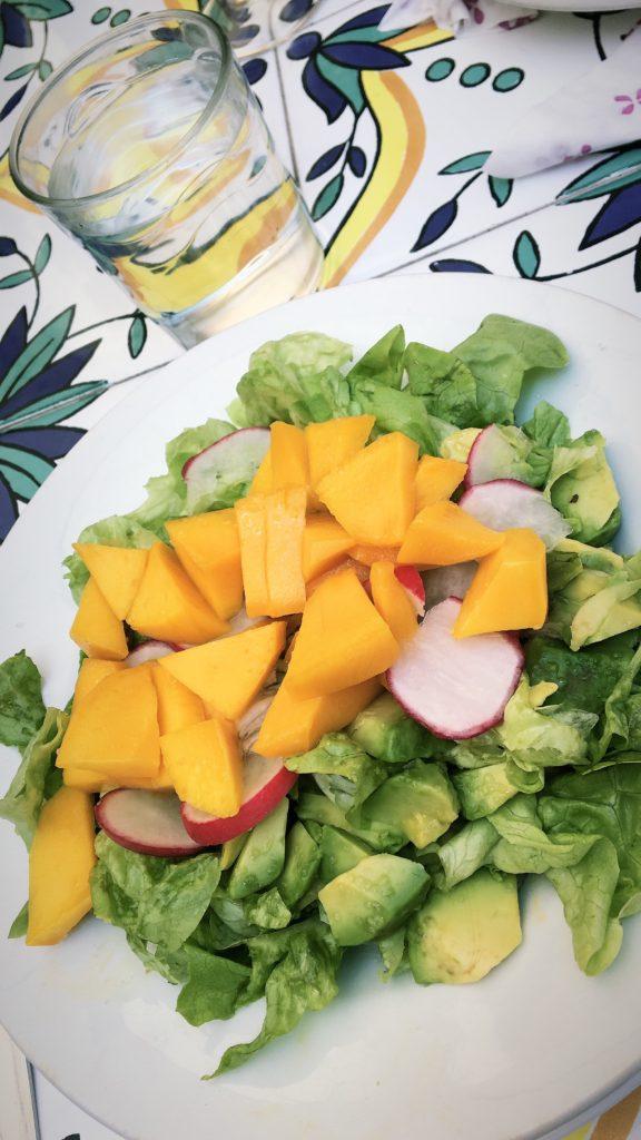 Ensalada de aguacate, rabanitos y mango