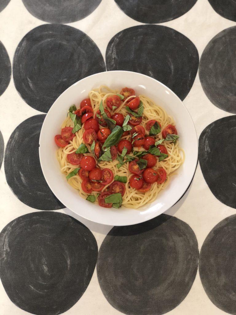 Espaguettis con tomates cherry y albahaca