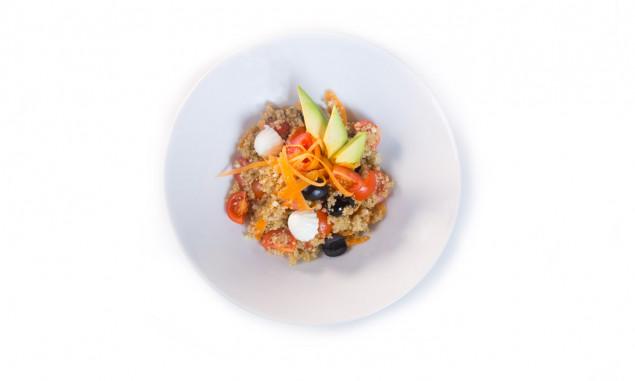 Ensalada de quinoa con aguacate y hortalizas
