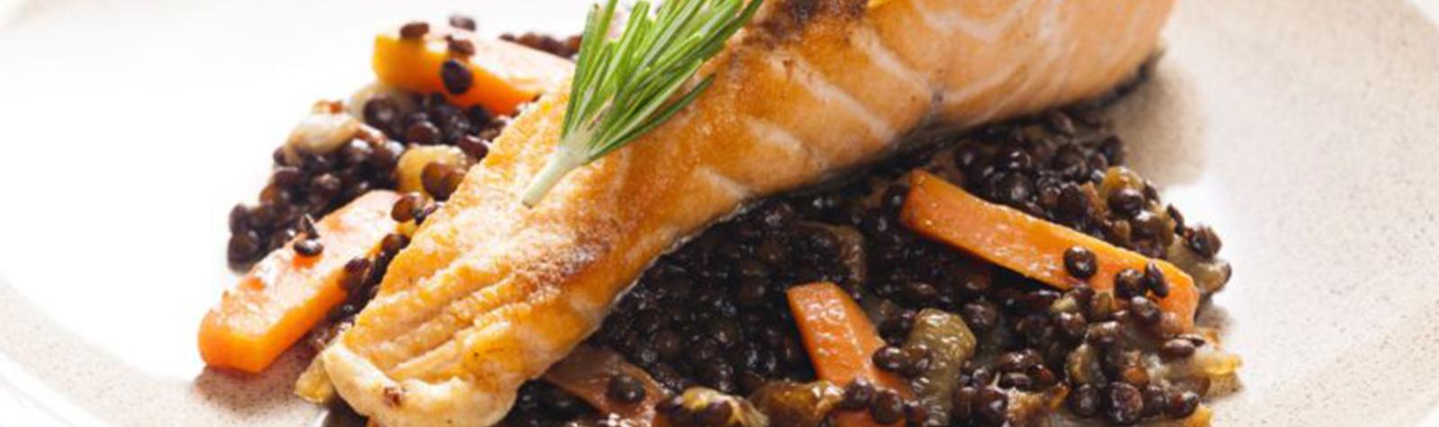 Lentejas con salmón, eneldo y comino